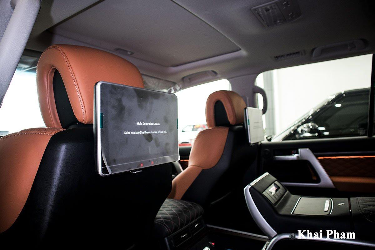 Ảnh màn hình sau xe Toyota Land Cruiser 2020