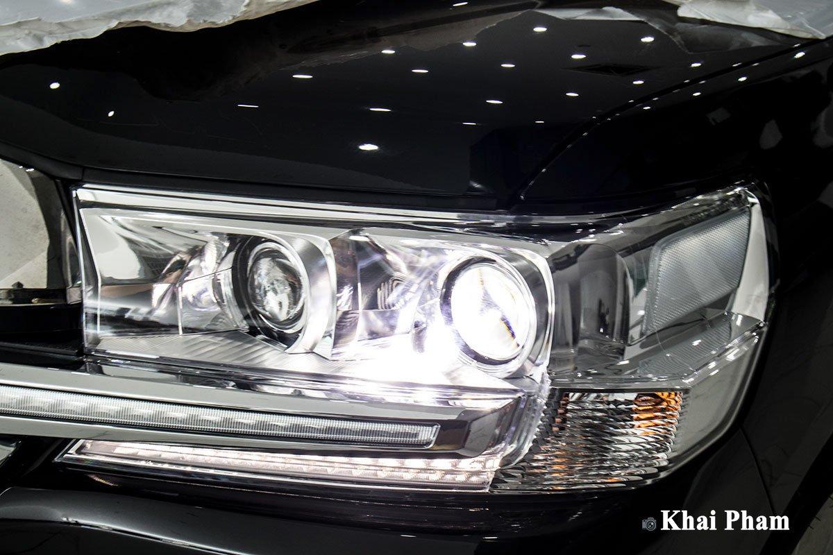 Ảnh đèn pha xe Toyota Land Cruiser 2020 phải