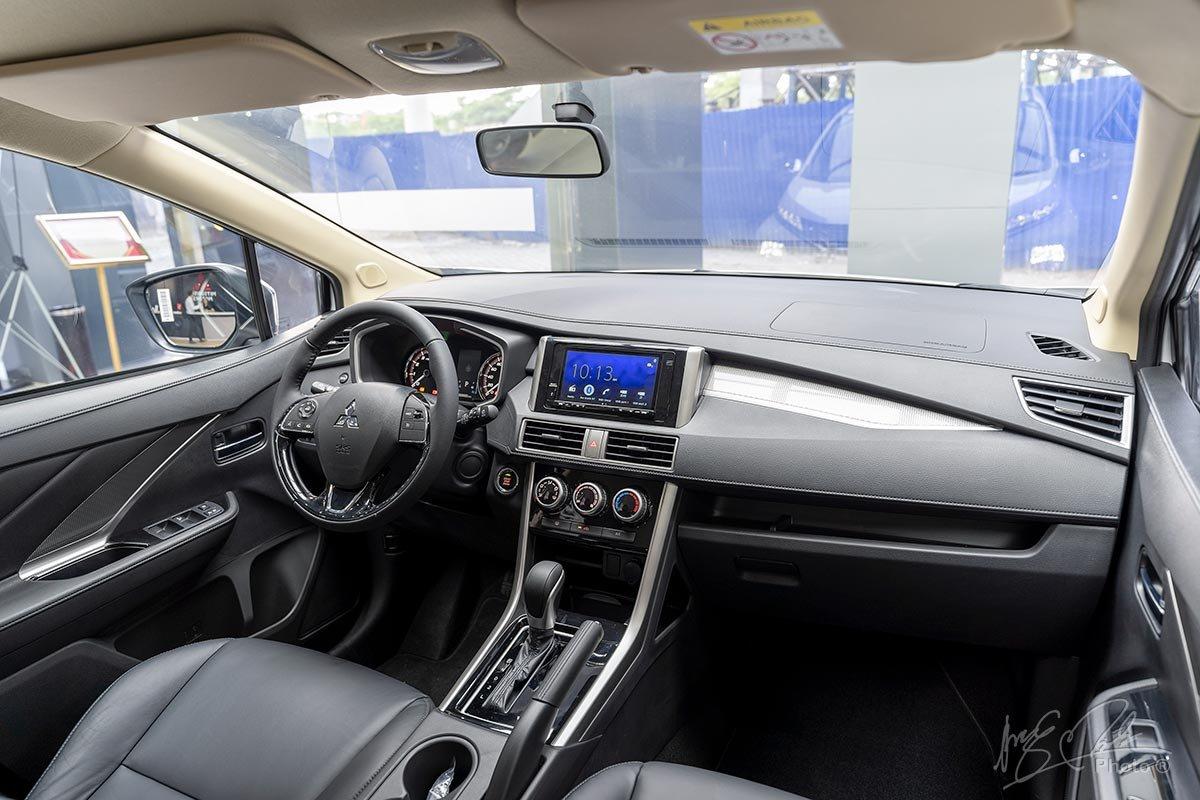 Nội thất của Mitsubishi Xpander 2020 sử dụng tông màu đen chủ đạo.