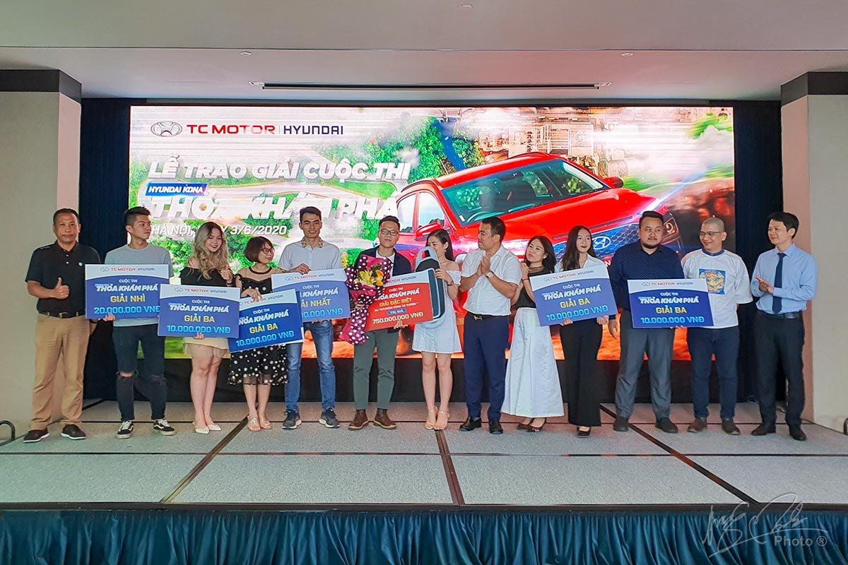 Ban tổ chức trao giải thưởng cho những người thắng cuộc.