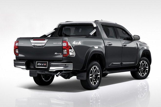 Toyota Hilux 2021 TRD nâng cấp ngoại hình, tạo điểm nhấn đặc trưng.