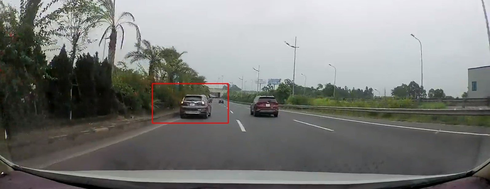 Honda CR-V đi lùi trên đường Võ Nguyên Giáp...