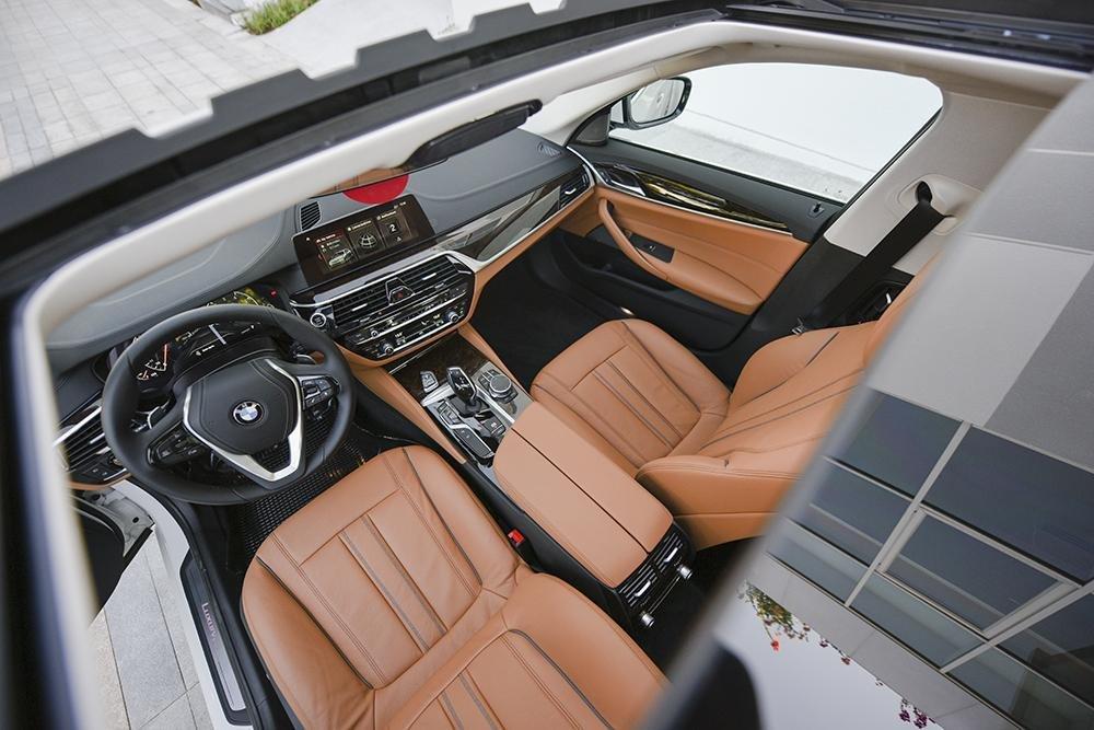 Nội thất xe BMW 530i hình 2.