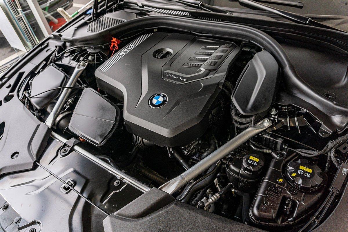 Động cơ trên BMW 530i 2021.