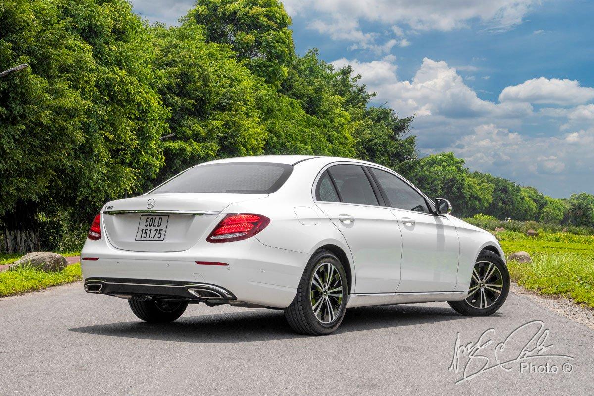 Đánh giá xe Mercedes-Benz E 180 2020: thiết kế đuôi xe.