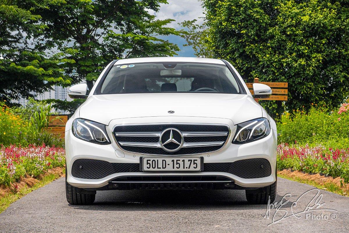 Đánh giá xe Mercedes-Benz E 180 2020: Thiết kế đầu xe.
