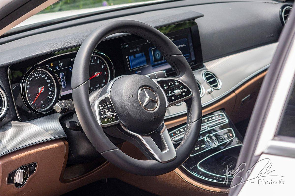 Đánh giá xe Mercedes-Benz E 180 2020: Vô-lăng 3 chấu tích hợp nút cảm ứng.