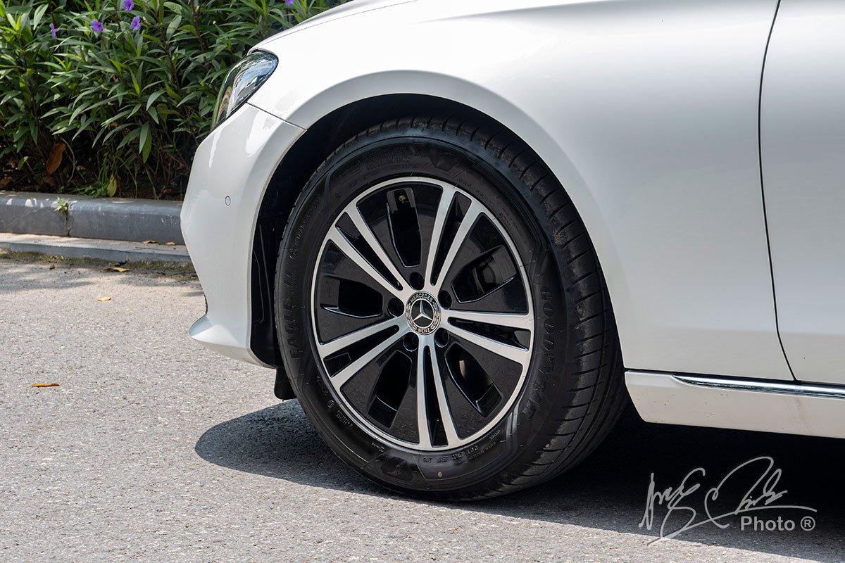Đánh giá xe Mercedes-Benz E 180 2020: La-zăng 17 inch 5 chấu kép mới.
