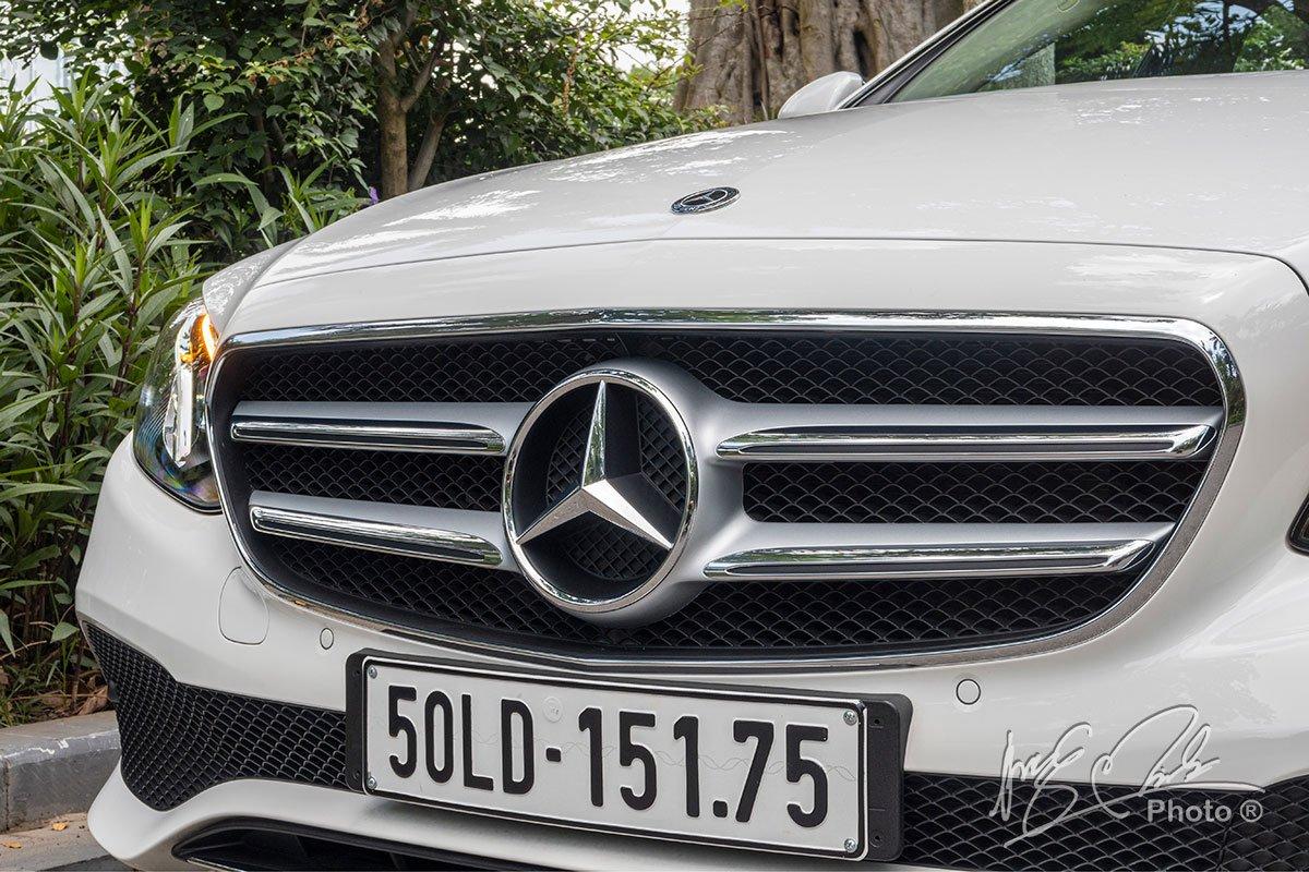 Đánh giá xe Mercedes-Benz E 180 2020: Lưới tản nhiệt dạng 2 thanh nan thể thao.
