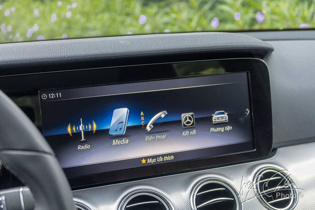 Đánh giá xe Mercedes-Benz E 180 2020: Màn hình giải trí 12,3 inch có độ phân giải cao.