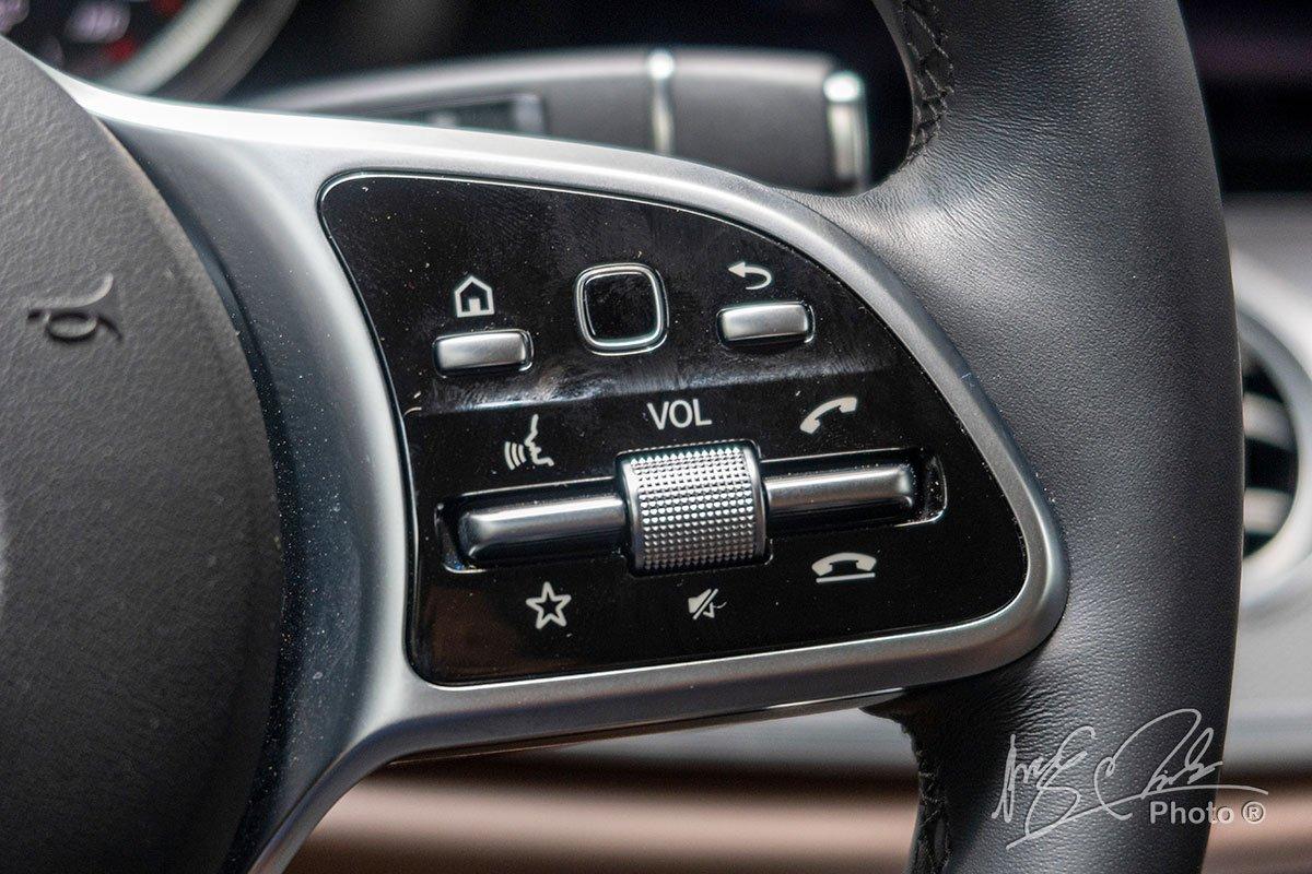 Đánh giá xe Mercedes-Benz E 180 2020: Nút cảm ứng trên vô-lăng.