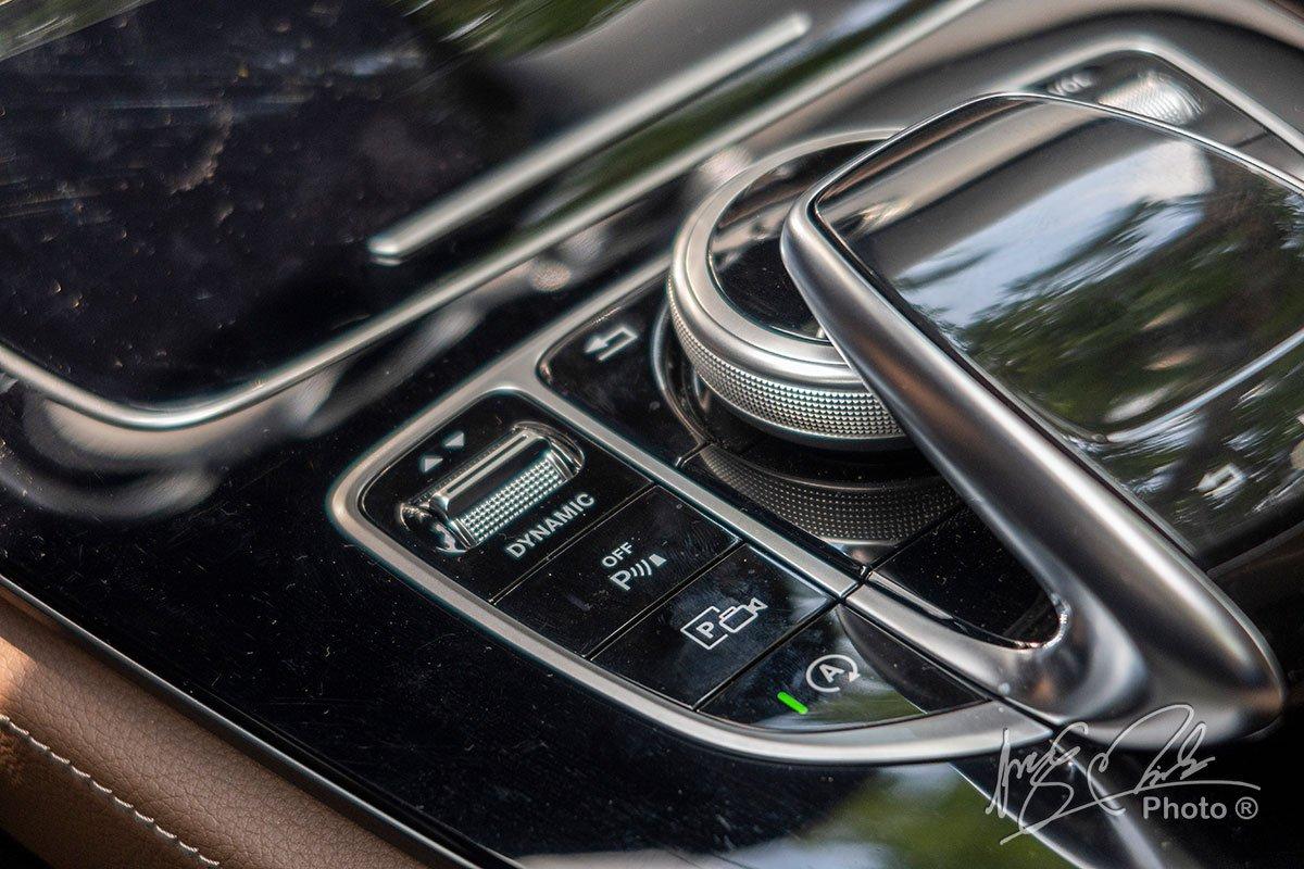Đánh giá xe Mercedes-Benz E 180 2020: Núm xoay điều chỉnh hệ thống giải trí.