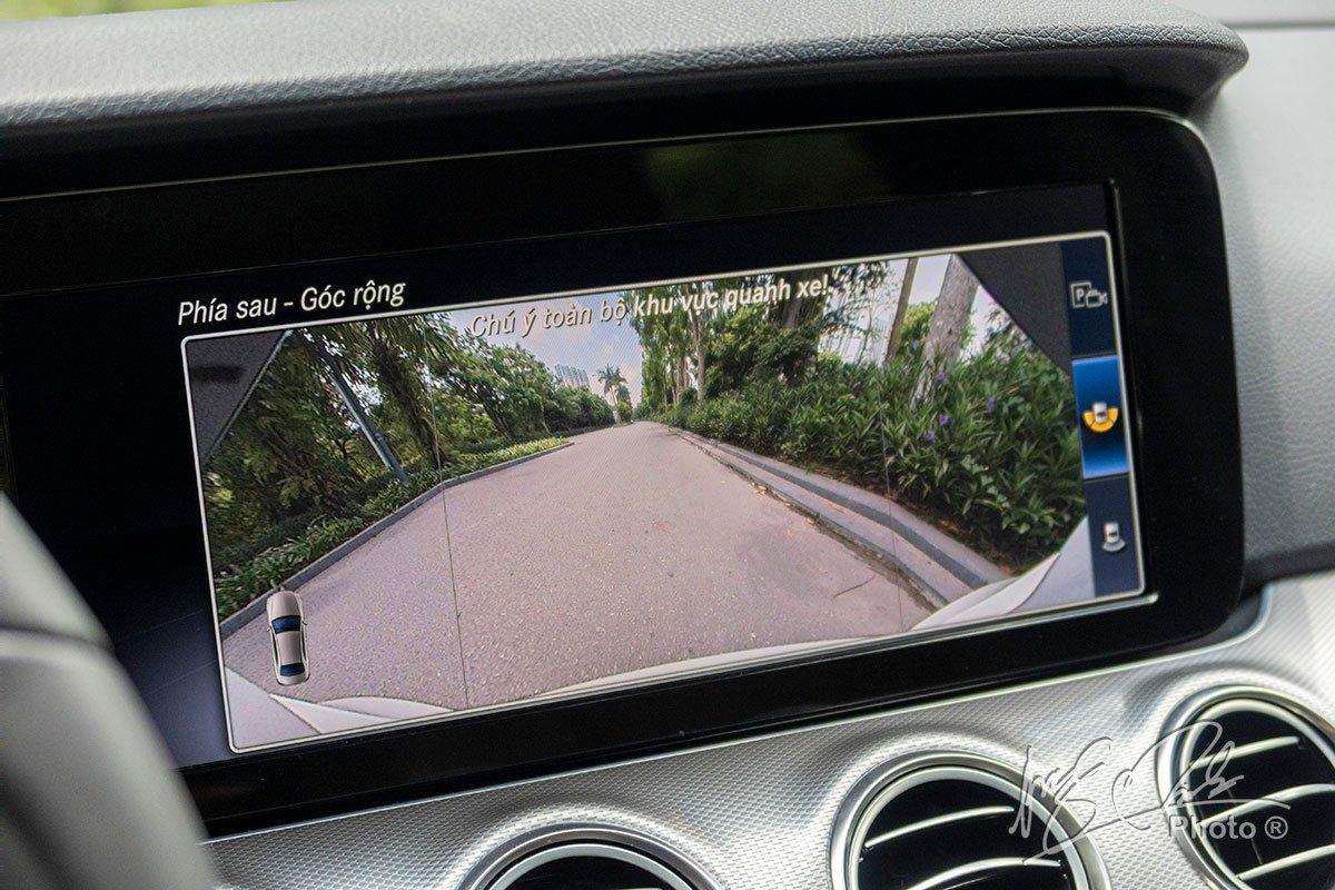 Đánh giá xe Mercedes-Benz E 180 2020: Camera lùi góc rộng.
