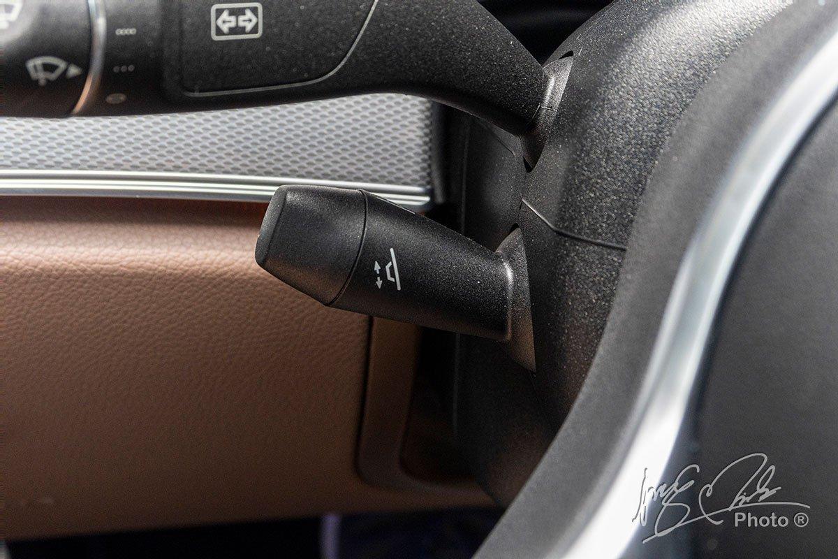 Đánh giá xe Mercedes-Benz E 180 2020: Vô-lăng điều chỉnh điện 4 hướng.