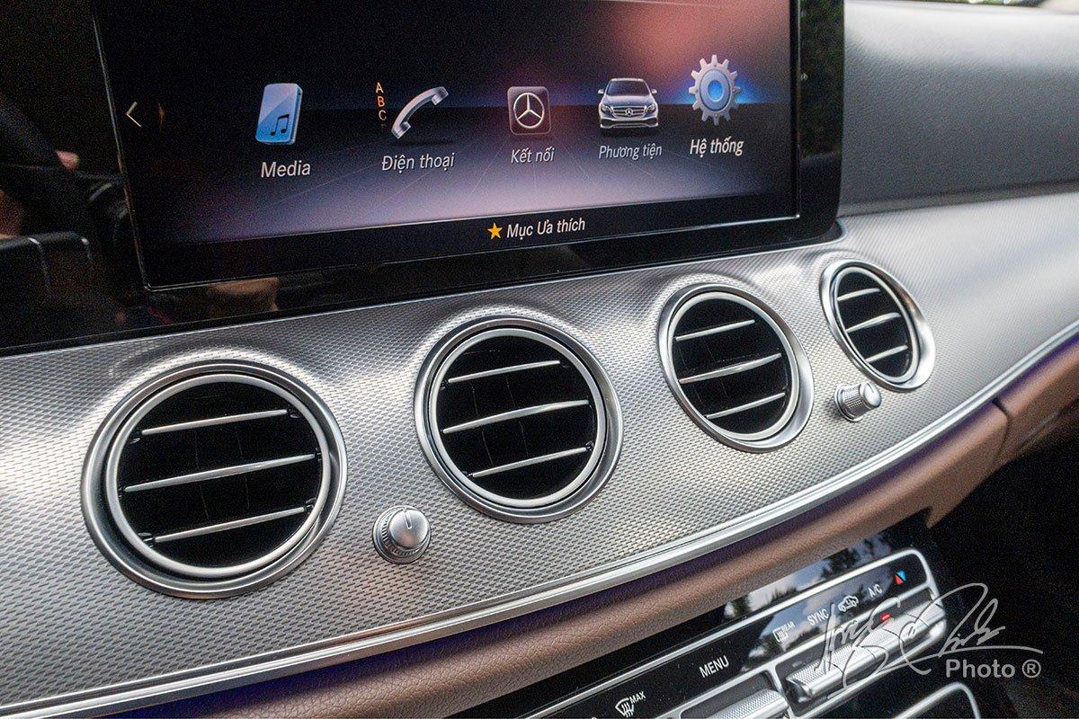 Đánh giá xe Mercedes-Benz E 180 2020: 4 cửa gió trung tâm.