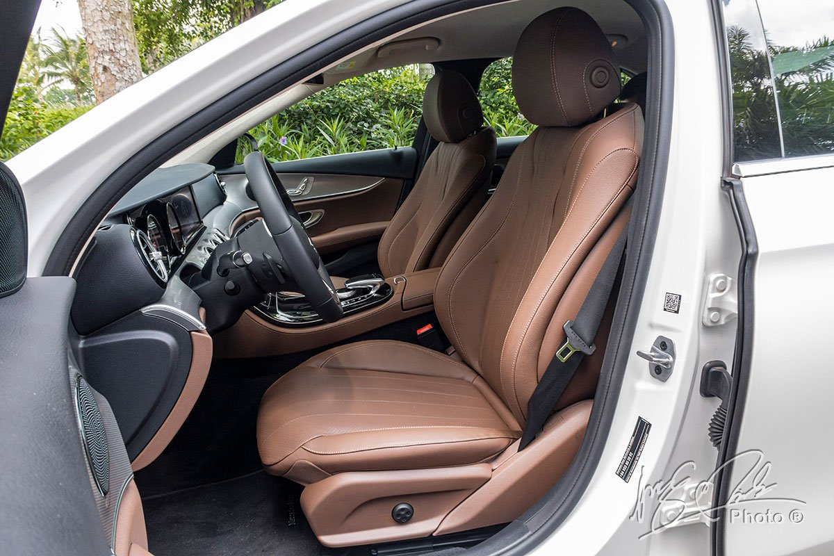 Đánh giá xe Mercedes-Benz E 180 2020: Hàng ghế trước bọc da chỉnh điện và nhớ ghế.