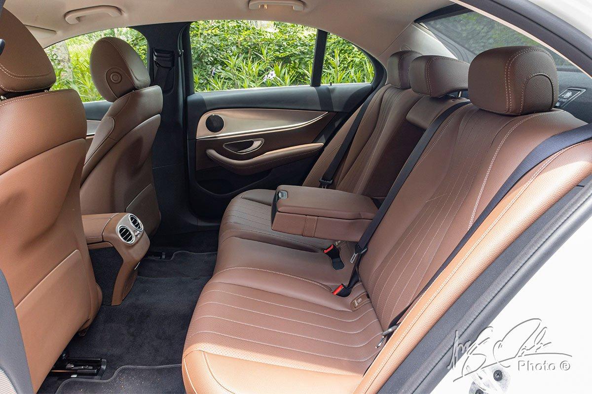 Đánh giá xe Mercedes-Benz E 180 2020: Hàng ghế sau cung cấp không gian thoải mái cho hành khách.