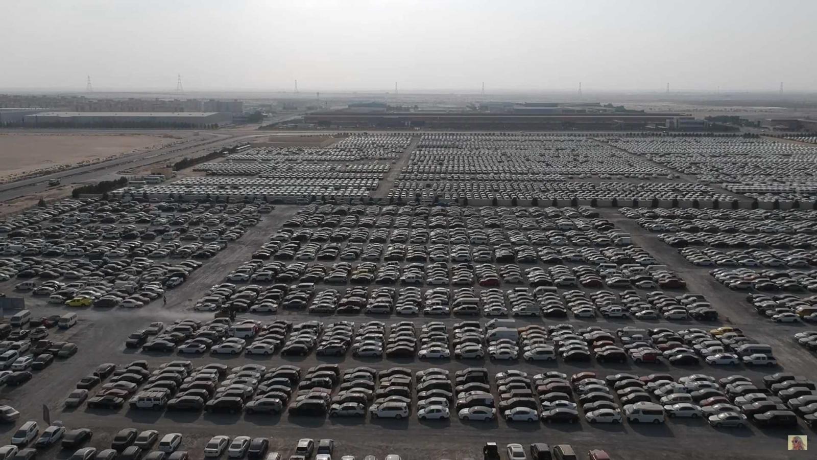 Hình ảnh bãi phế liệu khổng lồ ở Dubai tràn ngập siêu xe.