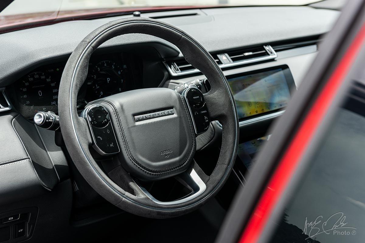 Đánh giá xe Range Rover Velar 2020: Vô-lăng được bọc da lộn đem lại cảm giác cầm nắm chắc chắn.
