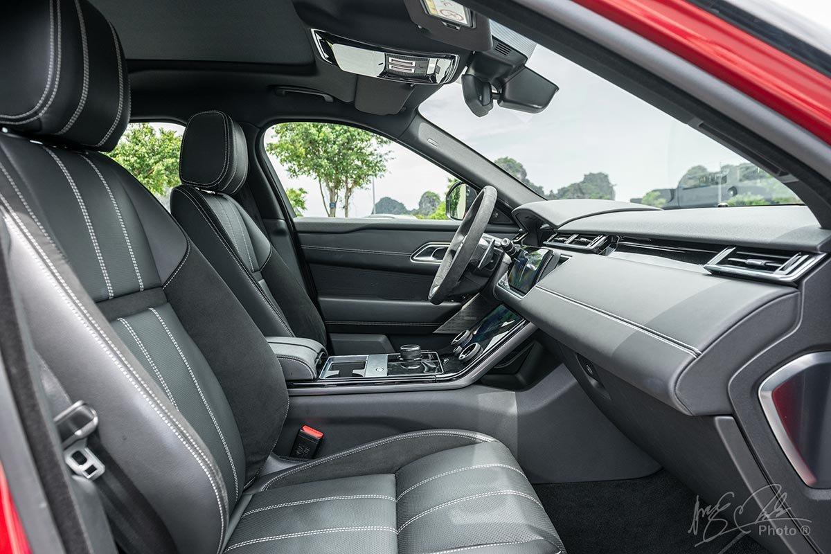 Đánh giá xe Range Rover Velar 2020: Ghế trước thiết kế thể thao chỉnh điện 10 hướng và nhớ ghế cho người lái.