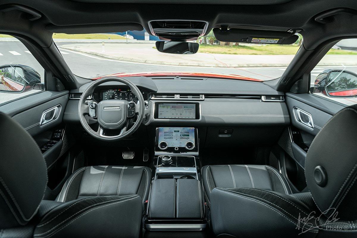 Đánh giá xe Range Rover Velar: Khoang lái được thiết kế tối giản với 3 màn hình cỡ lớn.