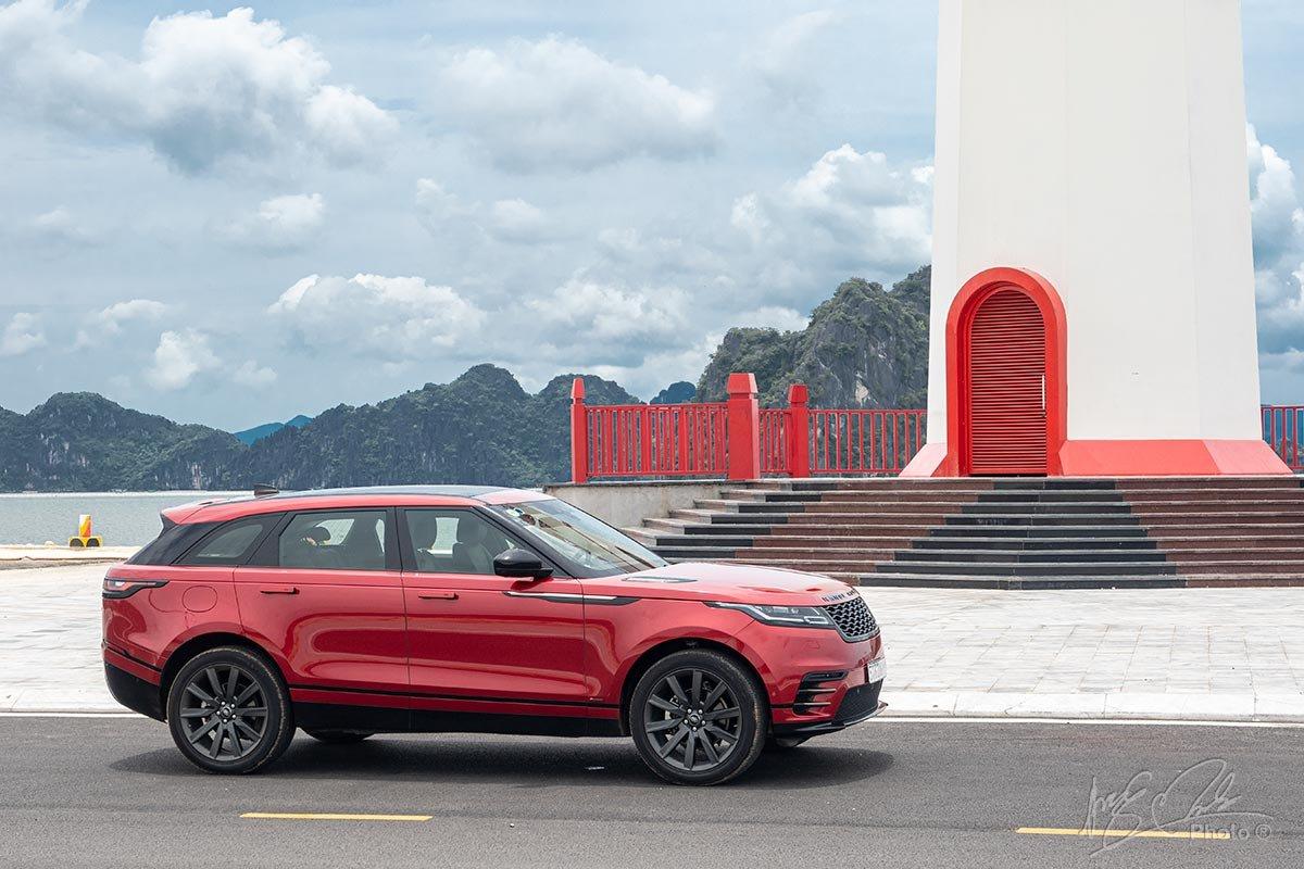 Đánh giá xe Range Rover Velar: Thân xe được tạo hình mượt mà bóng bẩy.