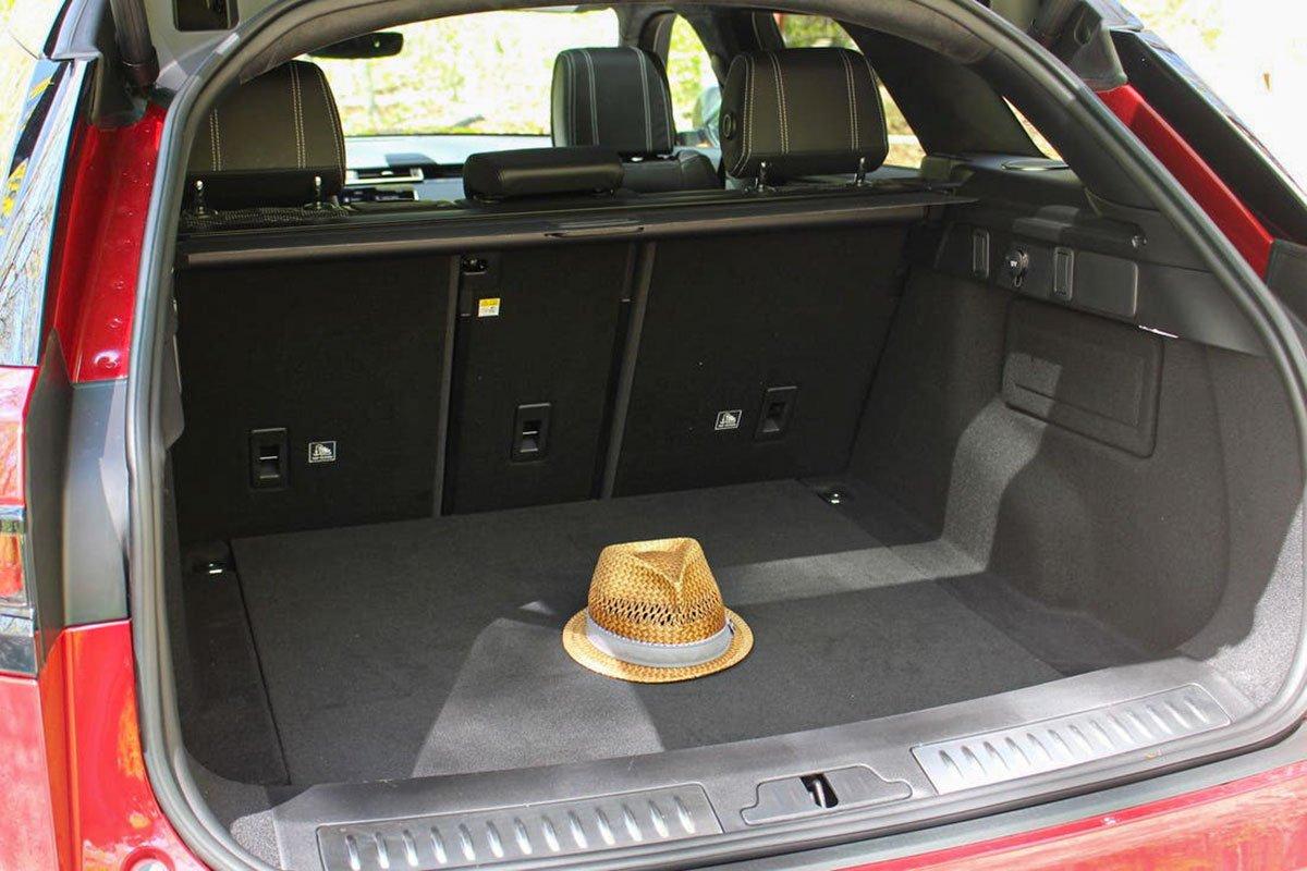 Đánh giá xe Range Rover Velar 2020: Dung tích khoang hành lý lớn.