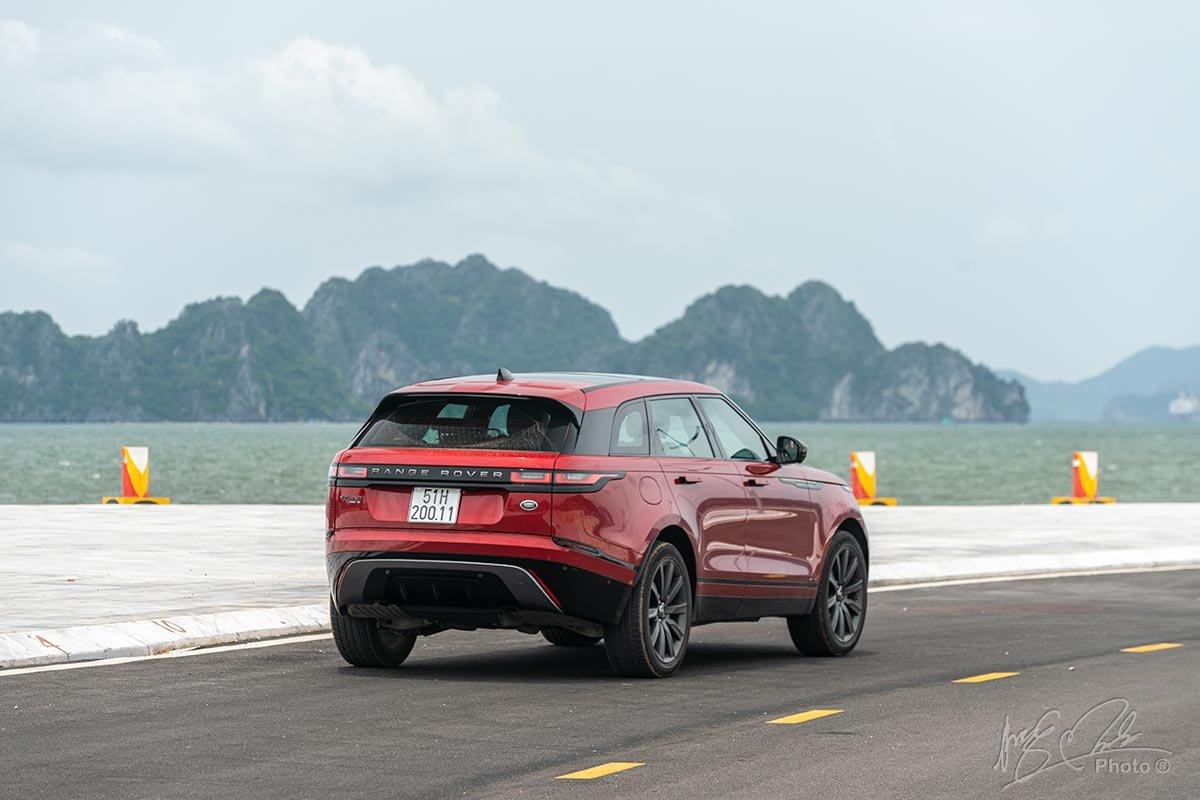 Đánh giá xe Range Rover Velar: Thiết kế đuôi xe sử dụng nhiều đường bo tròn.