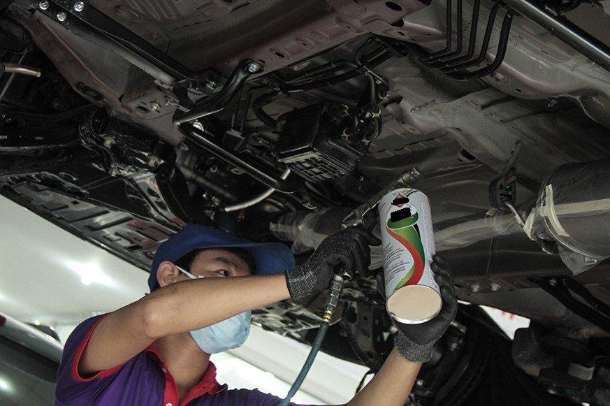 Quy trình sơn phủ gầm ô tô đòi hỏi nhiều thiết bị chuyên dụng và kỹ thuật viên có tay nghề 1