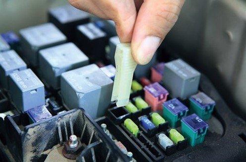 Dùng kẹp nhíp nhựa do nhà sản xuất cung cấp gắp cầu chì hỏng ra khỏi bảng điều khiển 1
