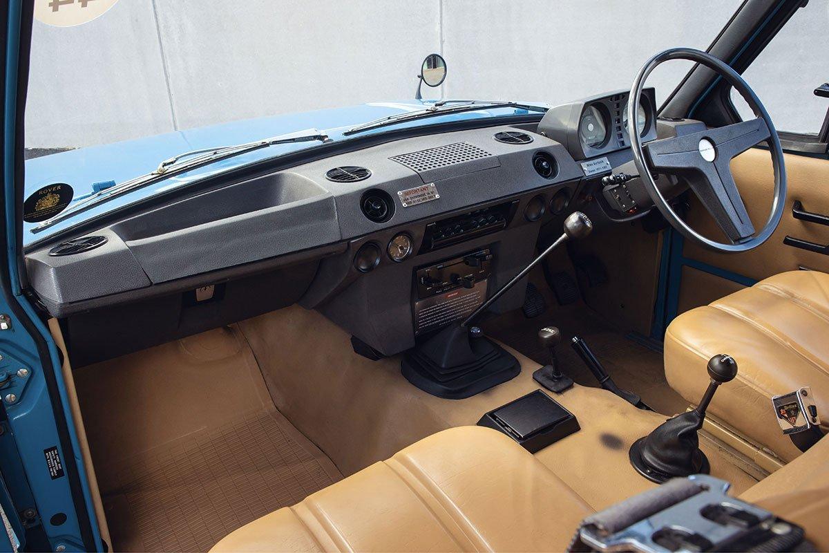 Nội thất của Range Rover thế hệ đầu tiên vẫn ưu tiên việc chạy địa hình.