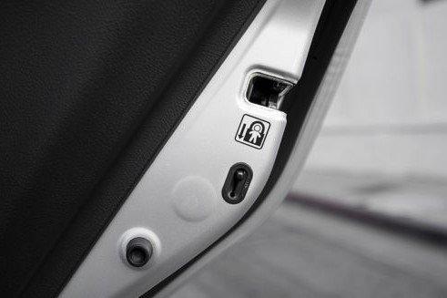 Cửa sau xe ô tô sẽ không mở được từ trong ra khi tài xế xoay khóa 1