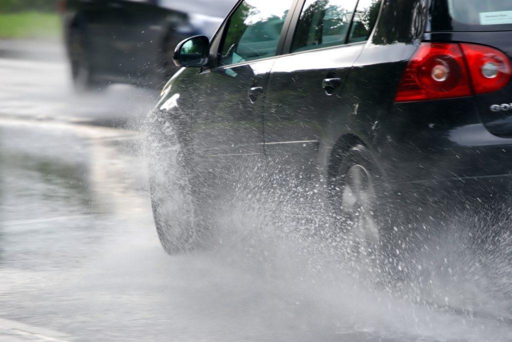 Trượt nước dễ xảy ra trong điều kiện thời tiết mưa hoặc ẩm ướt.