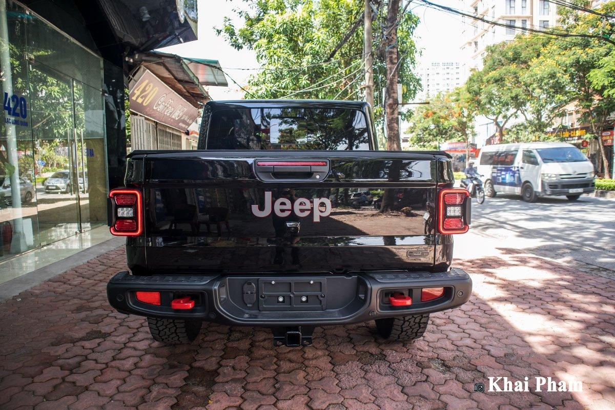 Ảnh chính diện đuôi xe Jeep Gladiator Launch Edition 2020