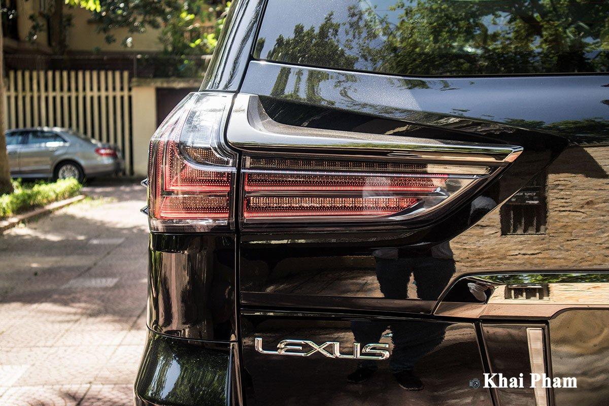 Ảnh đèn hậu xe Lexus LX 570 Super Sport Black Edition 2020
