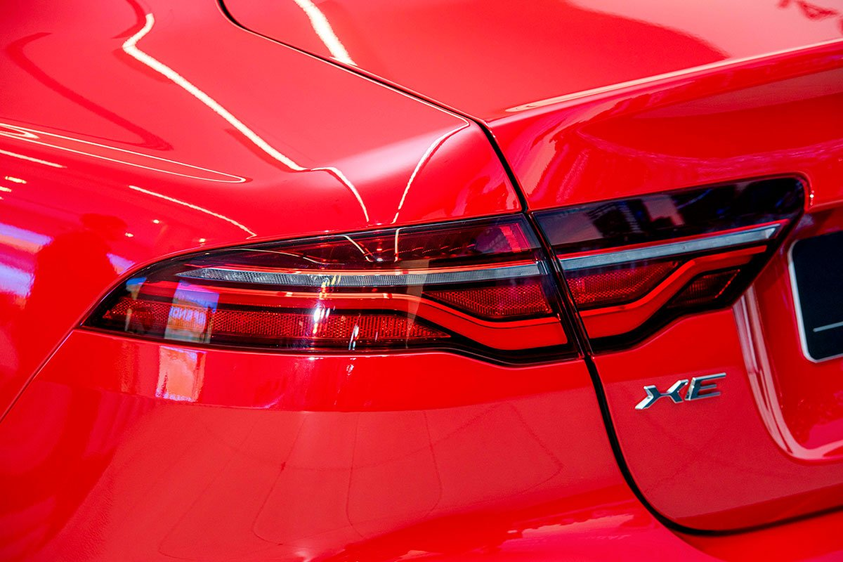 Cụm đèn hậu LED tiêu chuẩn trên Jaguar XE 2020.