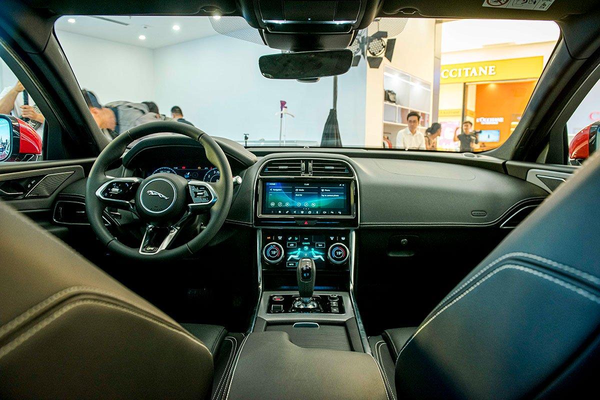 Nội thất của Jaguar XE 2020 hiện đại và cao cấp hơn hẳn so với phiên bản cũ.