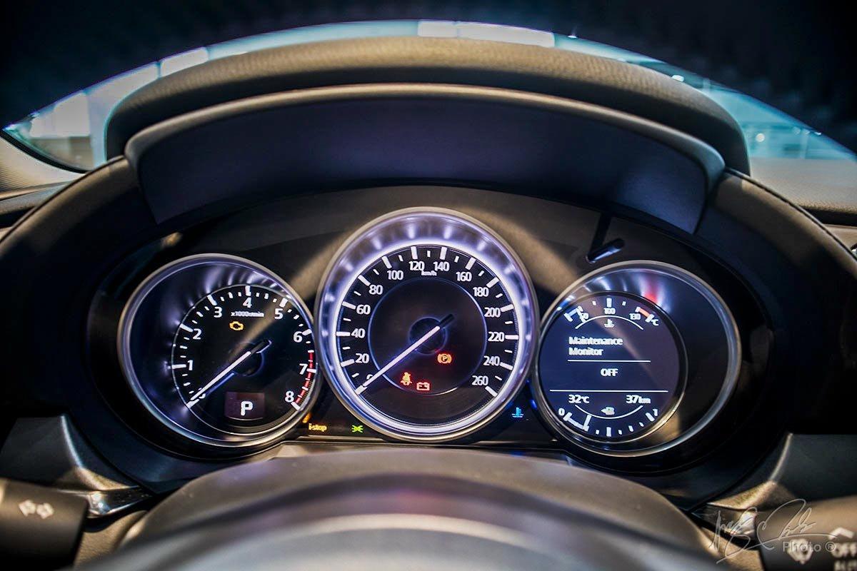 Đánh giá xe Mazda 6 2020: Cụm đồng hồ trên Mazda 6 2.0.
