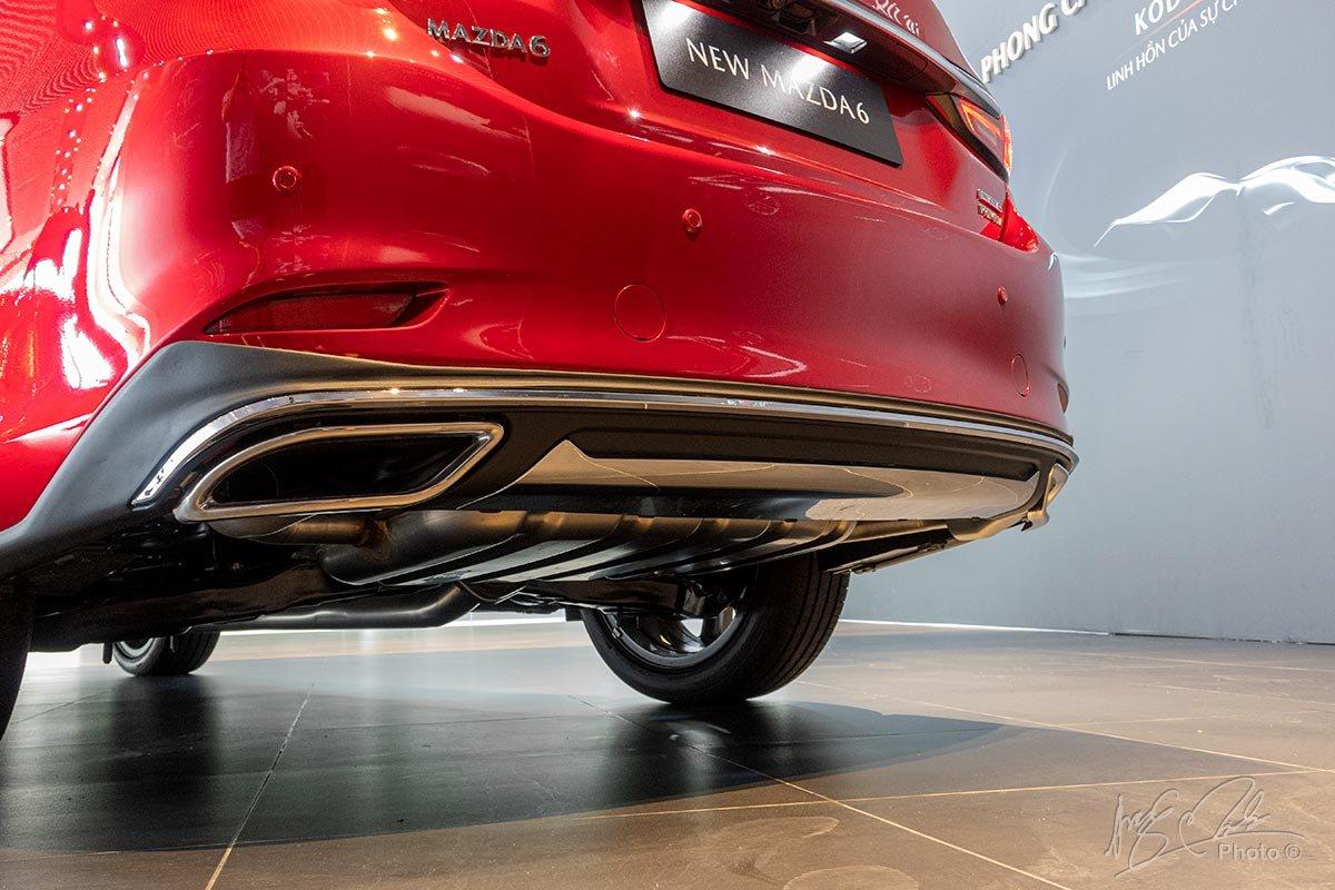 Đánh giá xe Mazda 6 2020: Ống xả kép đối xứng mạ crôm.