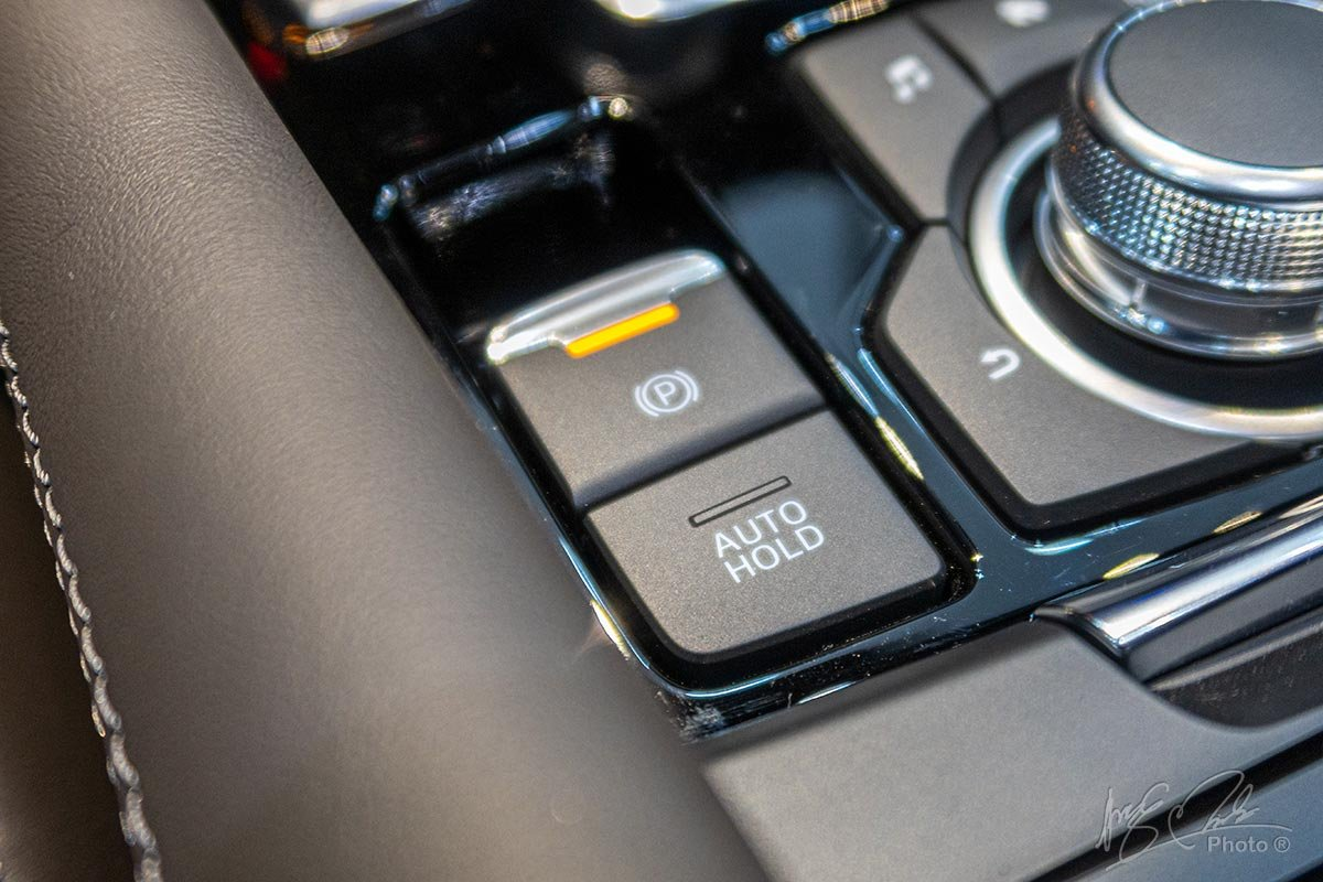 Đánh giá xe Mazda 6 2020: Phanh tay điện tử tích hợp giữ phanh tự động.