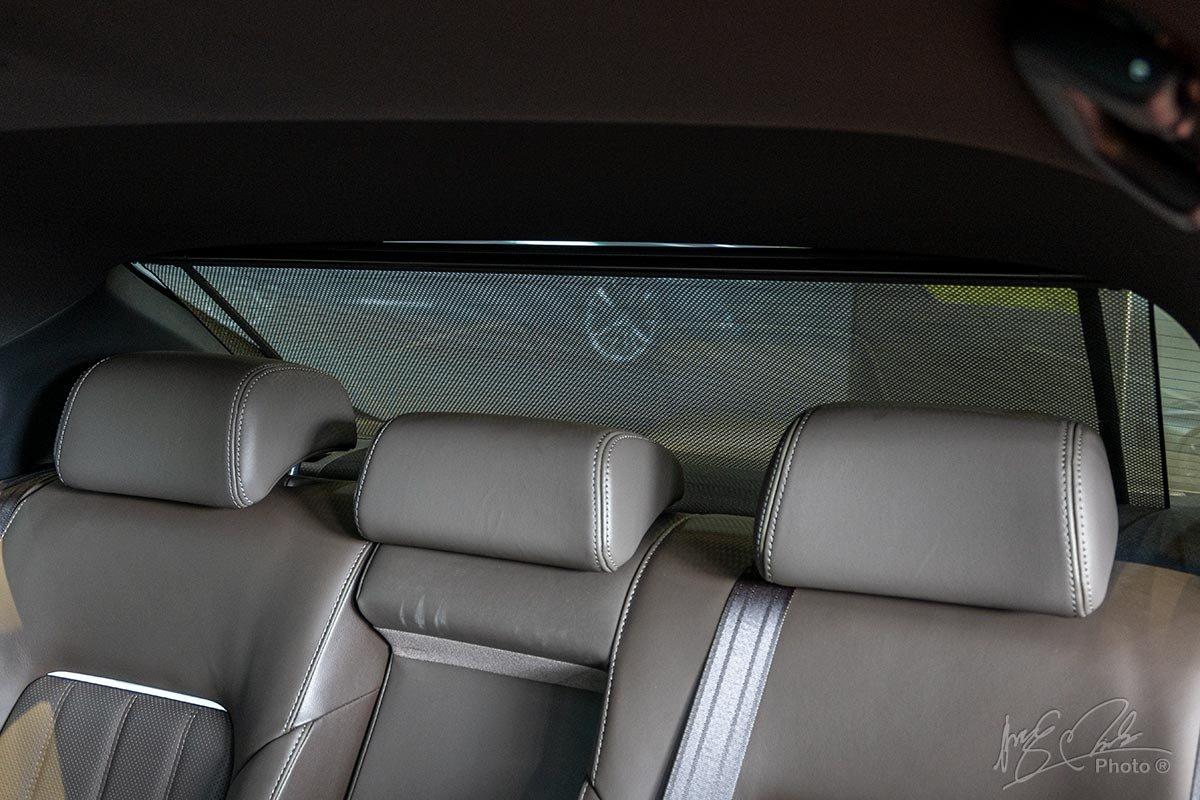 Đánh giá xe Mazda 6 2020: Rèm che nắng phía sau.