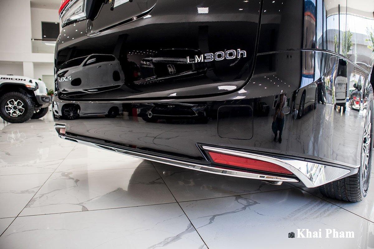 Ảnh cản sau xe Lexus LM300h 2020 bên phải