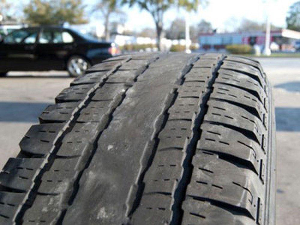 Lốp xe mòn chính giữa .