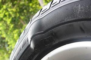 Xe ô tô bị chửa lốp.