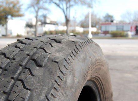 Lốp xe bị biến dạng hình chén.