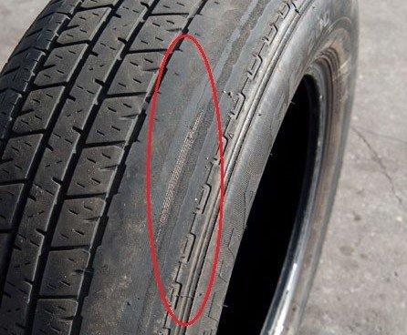 Lốp xe bị mòn một bên.