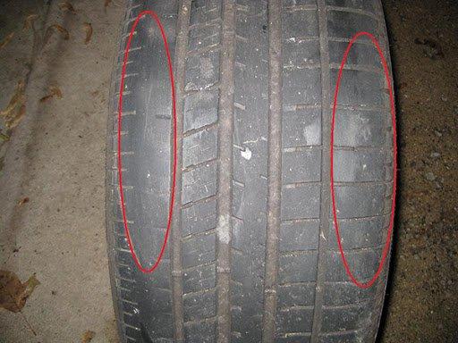 Lốp xe ô tô bị mòn hai bên.