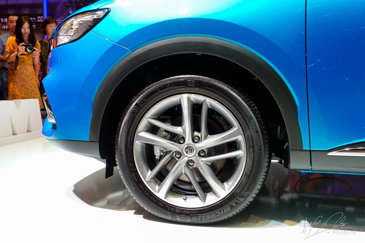 la-zăng 18 inch tiêu chuẩn cùng bộ lốp hạng hiệu Michelin