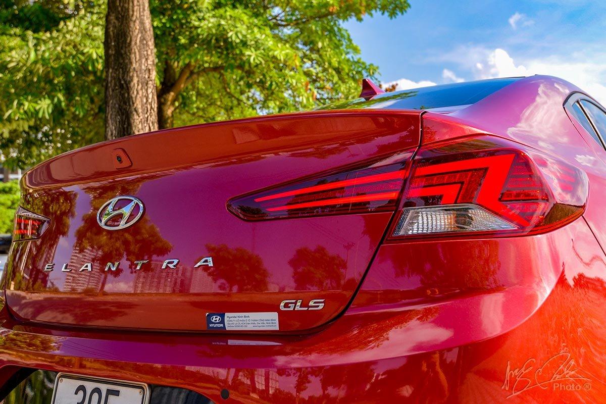 Đánh giá xe Hyundai Elantra 2020: Cụm đèn hậu LED dạng tia sét.
