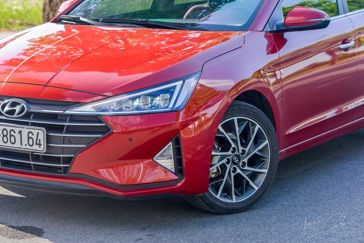 Đánh giá xe Hyundai Elantra 2020: Cụm đèn pha LED sắc sảo.
